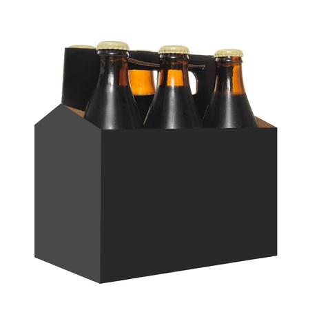 botellas de cerveza: Six pack de botellas de cerveza en una caja de cart�n con aisladas sobre fondo blanca Foto de archivo