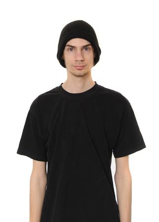 白い caucasain の若い大人は黒のビーニー帽子と白い背景上に分離されて黒カジュアルな t シャツを着ています。 写真素材