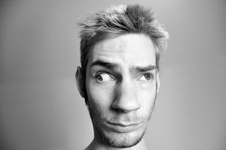 この男は、彼の目に重大な問題。どのように彼は明確なビジョンと見ることができますか?