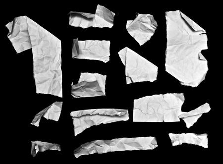 破れた紙片分離黒い背景に白のコレクションです。テキストまたは画像の背景として使用するために大きい。