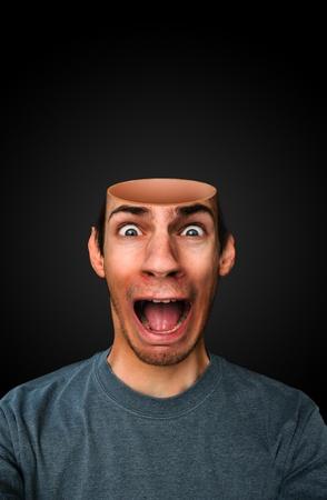 Een man met een hersenloze hersenloze lege open hoofd schreeuwen