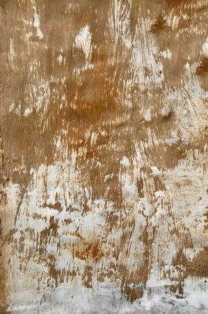 古い織り目加工の壁で塗りつけられる茶色の塗料 写真素材