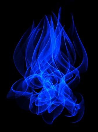 Een abstract blauwe vlam lange blootstelling achtergrond geà ¯ soleerd op een zwarte achtergrond.