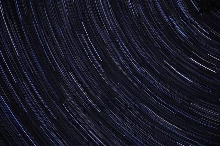 exposición: Resumen de la exposici�n a largo de los senderos strail contra un cielo azul en la noche Foto de archivo