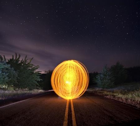 거리의 한가운데에 큰 긴 노출 오렌지 구 공