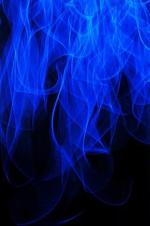 Een abstracte blauwe vlam lange blootstelling achtergrond geà ¯ soleerd op een zwarte achtergrond. Stockfoto