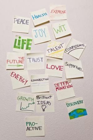 건강, 평화, 운동, 기쁨, 지혜, 삶, 미래, 신뢰, 인재, 자신감, 에너지, 연결, 사랑, 지원, 성장, 성장, 사전, 발견 - 긍정적 인 스티커 메모의 근접 촬