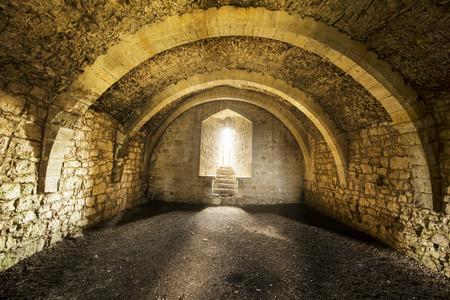 ウィンドウのセルおよびアーチ道、古い城の内部の部屋