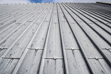 맨 위에 표시되는 지평선이있는 헤비 듀티 판금 지붕 스톡 콘텐츠