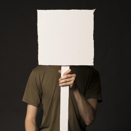 Faceless osoba, která má prázdný čtvercový znak