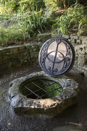 サマセット郡、イギリスのグラストンベリーの麓にある井戸は、チャリスの井戸、赤春として知られています。