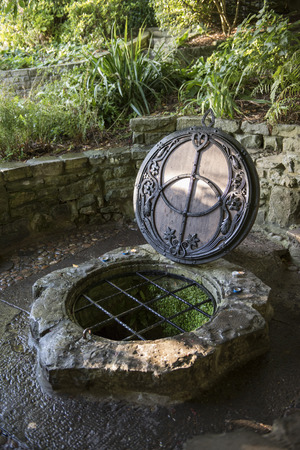 The Chalice Well, also known as the Red Spring, is a well situated at the foot of Glastonbury Tor in the county of Somerset, England. Banco de Imagens