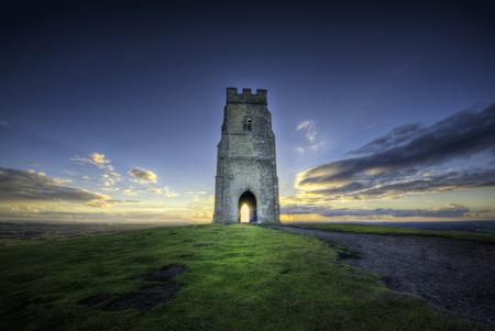 グラストンベリーは、屋根のない St Michael のタワーによって越えられるサマセットの英語郡のグラストンベリーの丘