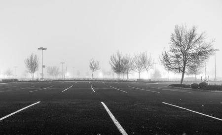 Lege parkeerplaats in de nacht met zware mist