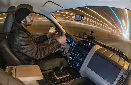 trails of lights: L'uomo Guida auto di notte con lunghi percorsi di esposizione delle luci