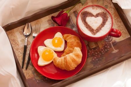 colazione: Break fast a letto con Croissant uova e caffè Archivio Fotografico