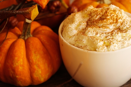 Pumpkin spice latte for halloween and thanksgiving fall season dring Reklamní fotografie - 54725575