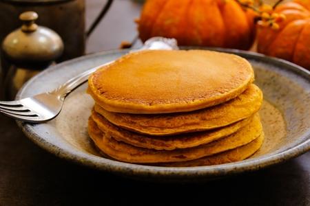 hot cakes: desayuno de panqueques de calabaza durante la temporada de cosecha de la caída del otoño Foto de archivo