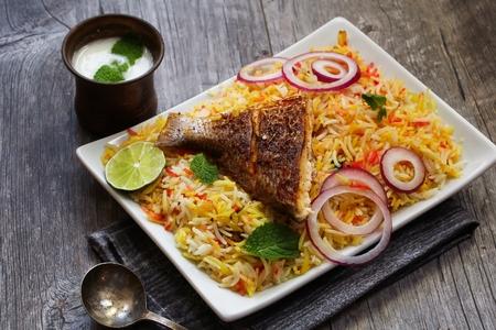 comida arabe: Fish Biryani hace con arroz basmati famosa comida oriental indio y media Foto de archivo