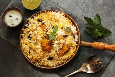 arroz: Fish Biryani hace con arroz basmati famosa comida oriental indio y media Foto de archivo