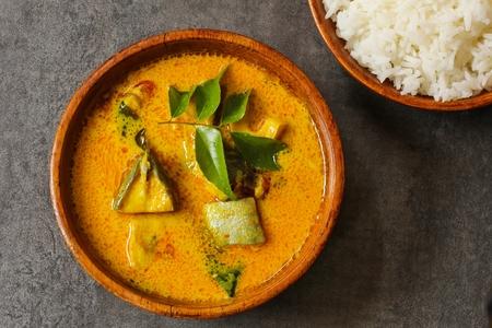 코코넛 밀크 상위 뷰에서 매운 인도 생선 카레 스톡 콘텐츠