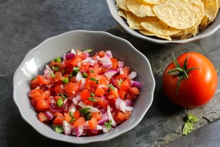 トマトのサルサとトルティーヤ チップ、トウモロコシのクローズ アップ表示 写真素材