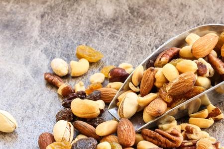 Mélange Assortiment de fruits secs et de noix d'amande, noix de cajou, cacahuètes, raisins et noix avec fond en bois Banque d'images - 54724476