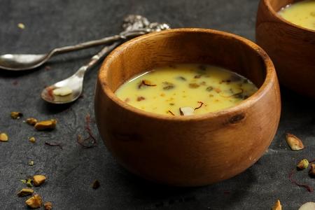 frutas secas: Basundi  Kesar rabri - Día de la Independencia de postre hecho de frutas secas de leche y azafrán