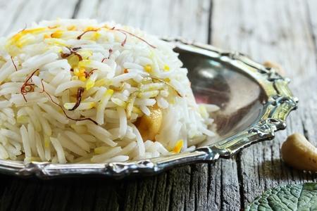 サフラン ライスギーとサフラン Pulao ナッツを炒め、玉ねぎをキャラメルギー米 写真素材