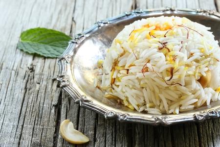 an onions: arroz con azafrán  azafrán Pulao con las tuercas de ghi frito y cebolla caramelizada de arroz  Ghee