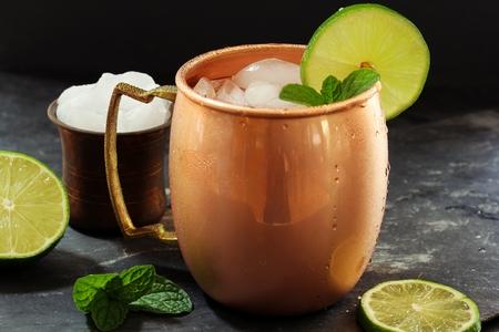 Moscow Mule dans une boisson de cuivre Tasse -Vodka servi à la menthe garni d'un quartier de citron vert Banque d'images - 65649290