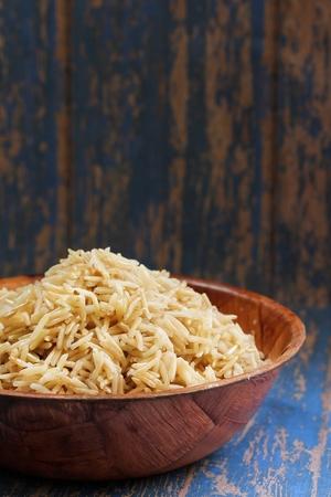 木製のボウルに玄米バスマティ調理玄米 basmai、セレクティブ フォーカス 写真素材