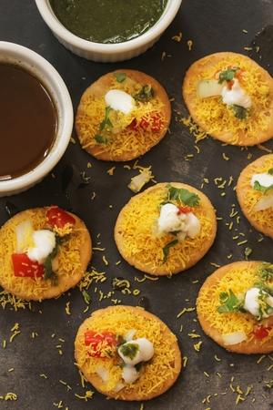 Dahi Batata Puri  Indische Chaat- Popular Maharashtrian straat voedsel, selectieve aandacht