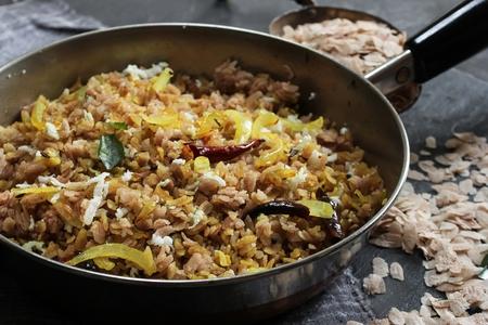 茶色のポハ Upma南インドの朝食