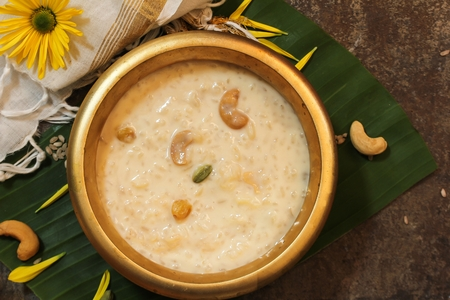 Rice Kheer / Paal (Pal) Payasam served in Traditional Brass Vessel Banque d'images
