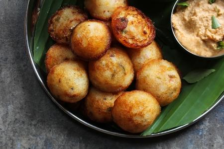 Kuzhi Paniyaram を添えてココナッツのチャツネ、黒レンズ豆と米サンバー南インドの朝食