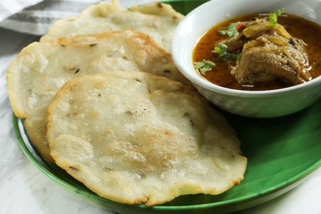 Ney Pathiri / Neypathal - Kerala Malabar Ramadan  food / deep fried Rice Roti with chicken curry Banque d'images
