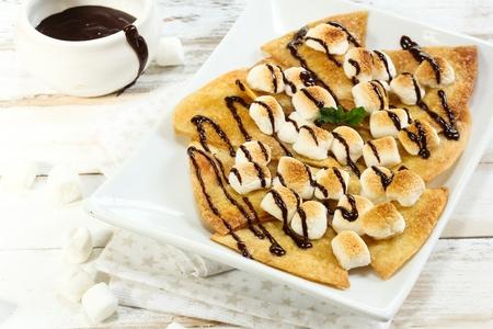 チョコレート ソースを添えてデザート トースト マシュマロのナチョス 写真素材