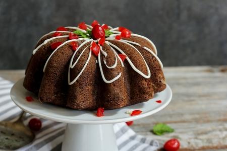 白いケーキに自家製チョコレート ブント ・ ケーキ スタンド、セレクティブ フォーカス