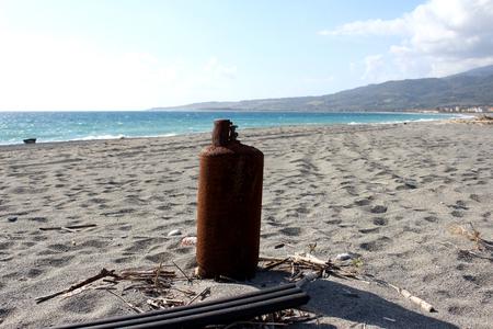 Gas Cylinder on the Beach Zdjęcie Seryjne - 81352827