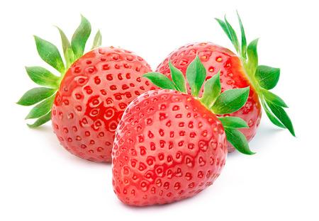 fresa: Tres fresas perfectamente limpias con las hojas aisladas en el fondo blanco con trazado de recorte