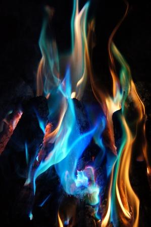 log fire: Astratto Blue Flames e Orange Danza da una stufa a legna