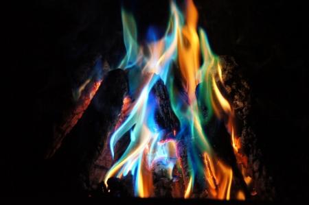 llamas de fuego: Blue Flames y Orange en un fuego de le�a Foto de archivo