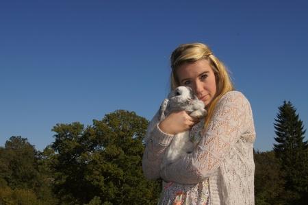 女の子彼女のウサギを抱きしめる