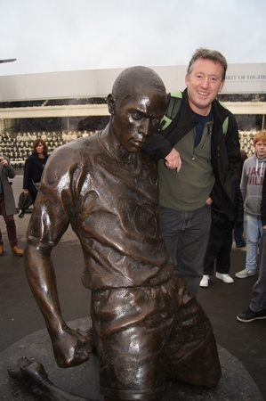 henry: Arsenal Fan Leaning on Thierry Henry Statue