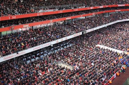 群衆を見アーセナル V のチェルシー 0-0 引くサッカーサッカー試合 2012 年 4 月 21 日、エミレーツ スタジアム、ロンドン、イングランドで