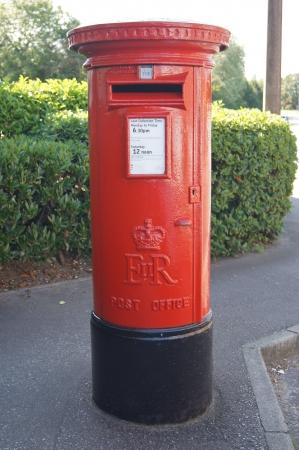 手紙や小包を送信するため使用される伝統的な英語赤いロイヤル メールは、ポスト ボックス 写真素材