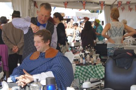 West Sussex, Engeland. September 2012: Cliënten die hun haar en make-up ingericht in klassieke jaren veertig, vijftig en zestig mode voor de Goodwood Revival festival op 15 september 2012; Goodwood, West Sussex, Engeland.