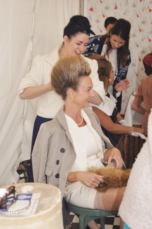 West Sussex. September 2012: Cliënten die hun haar en make-up vormgegeven in klassieke jaren veertig, vijftig en zestig mode voor de Goodwood Revival Festival op 15 september 2012; Goodwood, West Sussex, Engeland.
