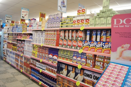 mensole: West Sussex, Inghilterra. Settembre 2012: Retro negozio esposizione di prodotti alimentari d'epoca degli anni quaranta e cinquanta al festival di Goodwood Revival il 15 settembre 2012; Goodwood, nel West Sussex, in Inghilterra. Editoriali